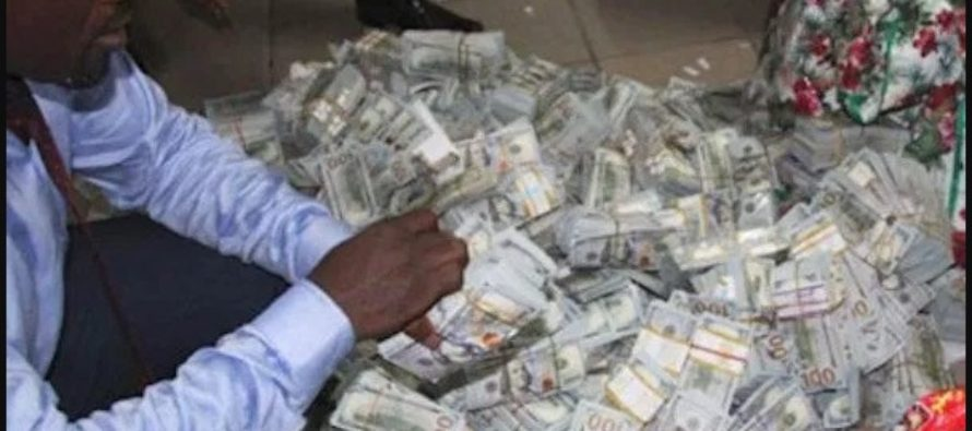 Watch Nigerian anti-corruption officials count seized $43 million